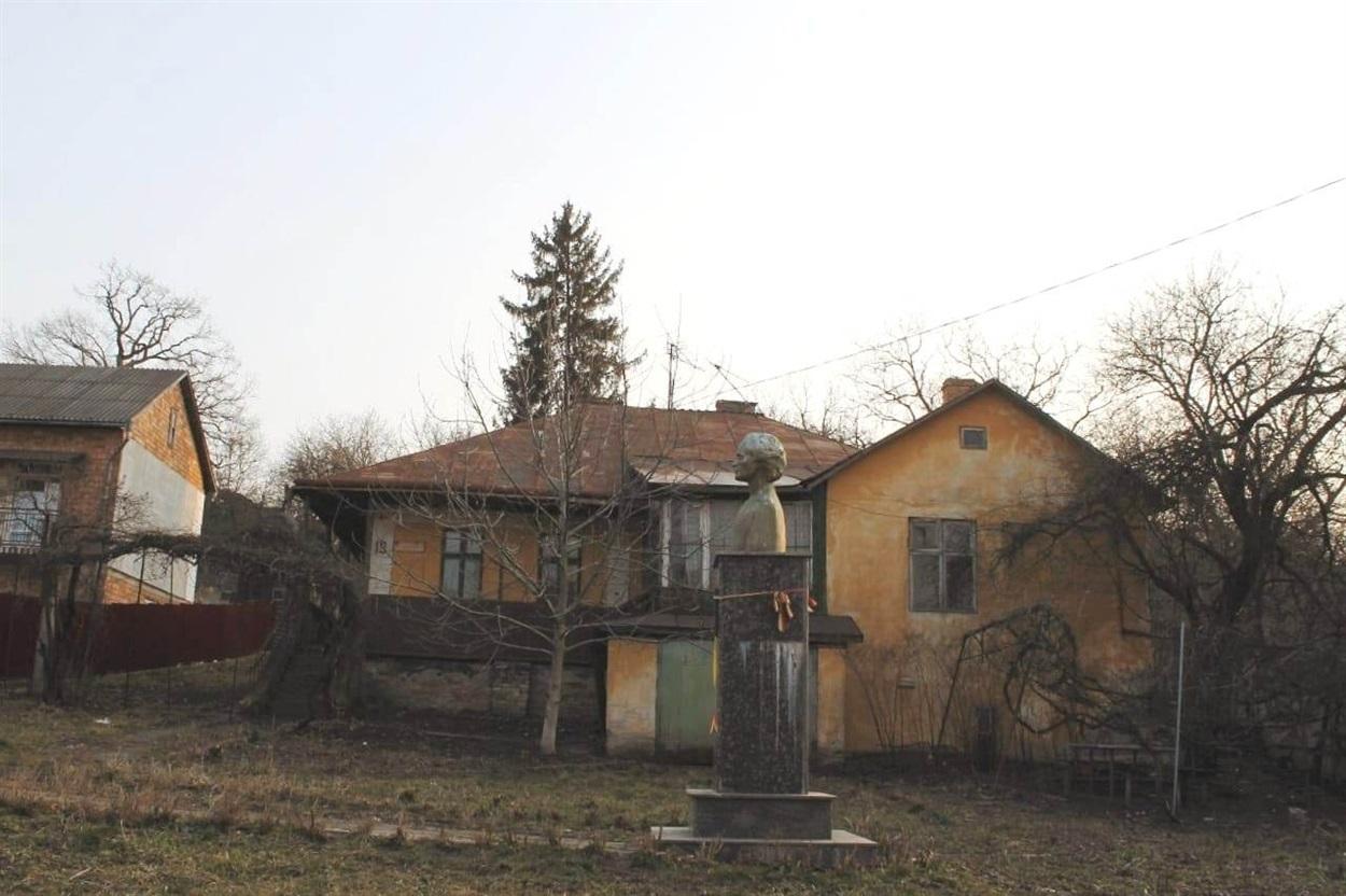Це чернівецька вулиця Арона Пумнула, 19. Саме у будинку свого наставника Арона Пумнула з 1865 року мешкав Міхай Емінеску.